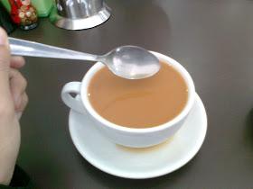 Mengikut sunnah Rasulullah SAW, baginda akan mengaduk minuman dan mengaduk makanan yang dimasak dengan putaran arah lawan jam.